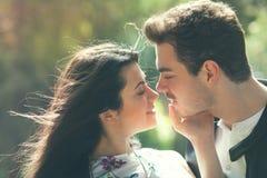 Sensación del amor de los pares Armonía cariñosa Primer beso Fotografía de archivo
