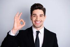 Sensation d'agent immobilier d'entrepreneur millénaire bel de portrait la vraie se réjouir pour apprécier élégant sûr font décide image stock