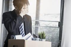 Sensation d'homme d'affaires diminuée et tristesse en raison des chômeurs images libres de droits