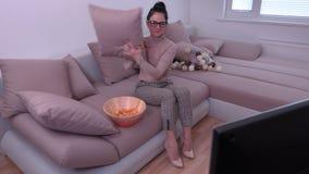 Sensation de femme honteuse en regardant la TV banque de vidéos