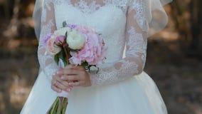 Sensation de jeune mariée l'odeur de son bouquet banque de vidéos