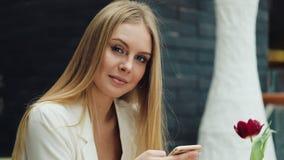 Sensation de sourire de jeune femme de regard d'appareil-photo attrayant de l'AR heureuse dans la fin de mail vers le haut des ac clips vidéos