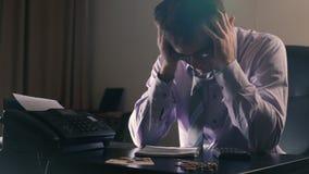 Sensation fatiguée Jeune homme bel frustrant semblant épuisé et couvrant son visage de mains tout en se reposant au sien banque de vidéos