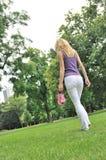 Sensation librement - marchant nu-pieds en stationnement photos stock
