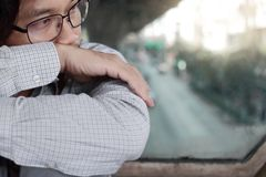 Sensibilità asiatica sollecitata su frustrata dell'uomo di affari di fine giovane deludente o esaurita con il lavoro all'ufficio  Fotografia Stock Libera da Diritti