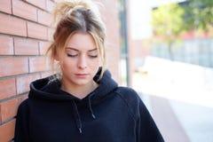 Sensibilità del ritratto della ragazza nella difficoltà all'aperto Fotografia Stock Libera da Diritti