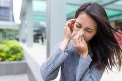 Sensibilità della donna malata e che starnutisce sul naso Fotografia Stock Libera da Diritti