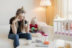 Sensibilità frustrata della mamma esaurita fotografie stock libere da diritti