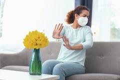 Sensibilità paziente di signora allergica ai fiori Fotografia Stock Libera da Diritti