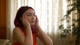 Sensibilità teenager della testarossa gli effetti dell'emicrania di sforzo che sfregano le sue tempie stock footage