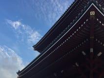 Senso籍寺庙的美丽的木屋顶的低角度视图在东京,日本 免版税库存照片