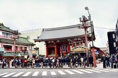 Senso籍寺庙在日本东京,有很多游人 库存照片