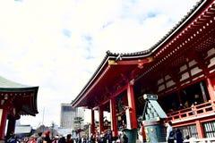 Senso籍寺庙在有很多游人的日本东京 免版税库存照片