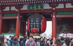 Senso籍寺庙的未认出的游人 库存照片