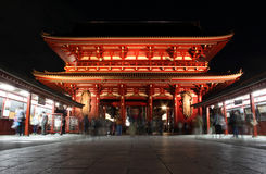 Senso籍寺庙门在晚上,浅草,东京,日本 免版税库存图片