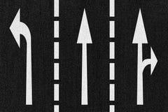 Senso delle frecce della strada della via su struttura dell'asfalto Fotografia Stock Libera da Diritti