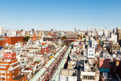 Sensoji寺庙和Nakamise街道看法从上面 库存图片