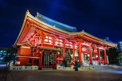 Sensoji寺庙夜场面在东京 库存照片