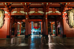 Sensoji寺庙夜视图在浅草有下面曝光样式的东京日本 免版税库存图片