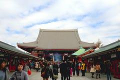 Sensoji寺庙,浅草日本2月19& x27; 16 :泰国游人走向Sensoji寺庙 免版税库存照片