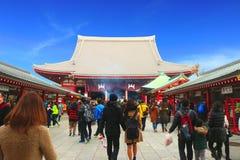 Sensoji寺庙,浅草日本2月19& x27; 16 :泰国游人走向Sensoji寺庙 免版税库存图片