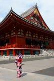 Sensoji świątynia w Asakusa Dziewczyny w lata kimonowym yukata fotografują obraz royalty free