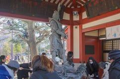 东京,日本- 2014年2月7日:人们用在洗净喷泉的水清洗手和嘴在Sensoji寺庙 免版税库存照片