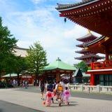 Sensoji tempel och pagod för fem berättelser i Asakusa Många turister Iklädd kimono för flickor fotografering för bildbyråer