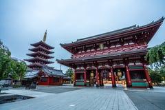 Sensoji tempel på soluppgång Buddistisk tempel i Tokyo, Japan royaltyfri foto