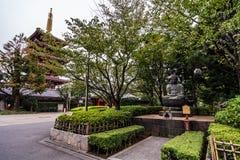 Sensoji tempel på soluppgång Buddistisk tempel i Tokyo, Japan royaltyfri bild