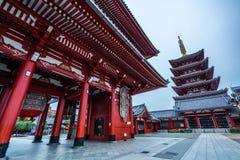 Sensoji tempel på soluppgång Buddistisk tempel i Tokyo, Japan royaltyfria bilder