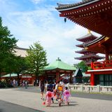 Sensoji Świątynny i pięć opowieści pagodowych w Asakusa Wiele turyści Dziewczyny ubierać w kimonie obraz stock