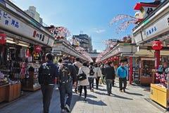 游人在Sensoji寺庙的Nakamise Dori走 库存照片