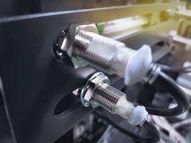 Sensore di prossimità sulla macchina per individuare le parti di metallo commoventi immagine stock libera da diritti