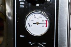 Sensore di temperatura su un forno nero sporco industriale del metallo fotografia stock libera da diritti
