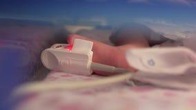 Sensore relativo al piede di un bambino prematuro neonato unità di cure intensive per i bambini 4K video 4K stock footage