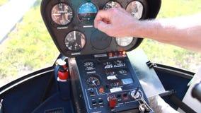 Sensoren im Hubschrauber, der Pilot bereitet sich für den Flug vor stock footage