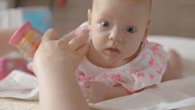 Sensorische Entwicklung des Babys stock video footage