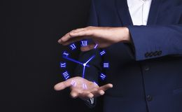 Sensorische Uhr in den Händen eines Geschäftsmannes vektor abbildung