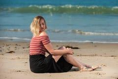 Sensual descansado a lo largo de la línea de la playa foto de archivo