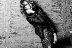Sensual do modelo bonito da mulher e elegante louros na parte traseira imagem de stock