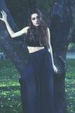 Sensual en el bosque, muchacha romántica de la belleza al aire libre. Teena hermoso Fotografía de archivo