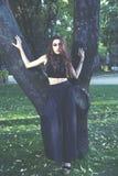 Sensual en el bosque, muchacha romántica de la belleza al aire libre. Teena hermoso Imagenes de archivo