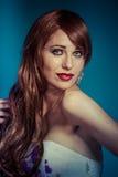 Sensual Mujer atractiva hermosa con el pelo brillante rojo largo elegante, fotografía de archivo libre de regalías