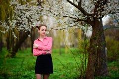 sensualidade Jovem mulher bonita feliz que relaxa no parque da flor foto de stock