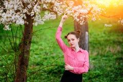 sensualidade Jovem mulher bonita feliz que relaxa no parque da flor fotos de stock royalty free