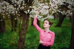sensualidade Jovem mulher bonita feliz que relaxa no parque da flor fotos de stock