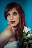 Sensualitet attraktiv kvinna med buketten av vita rosor arkivbilder