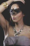 Sensualitet kvinna med Venetian maskeringsmetall, ledset och eftertänksamt fotografering för bildbyråer