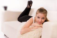 Sensualitetkvinna som ligger på en soffa arkivfoton